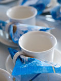 Weiße coffe Schalen mit blauen Servietten Stockfoto