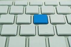 Weiße Computertastatur mit einer unterschiedlichen Taste Stockfotos