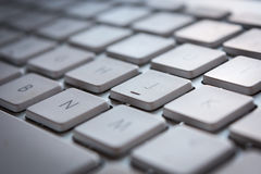 Weiße Computertastatur mit Schlüsseln Stockbild