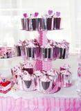 weiße Creme und Dekoration der süßen kleinen Kuchen in einem glänzenden Paket für den Feiertag lizenzfreie stockfotografie