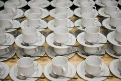 Weiße Cup mit Saucers Stockbild