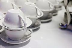 Weiße Cup und Saucers Stockbild