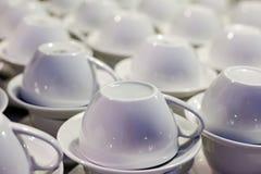 Weiße Cup und Saucers Stockfoto