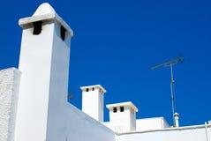 Weiße Dächer und blauer Himmel Stockbilder