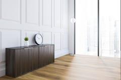 Weiße Dachbodenwohnzimmerecke,  Kabinett Und  Uhr Stock Abbildung