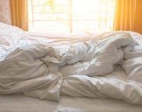 Weiße Daunendecke im Hotelzimmer lizenzfreie stockbilder
