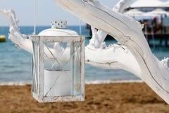 Weiße dekorative Lampe auf einem weißen Baum Stockfoto