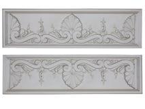 Weiße dekorative mit Blumenplatte der alten klassischen Architektur lokalisiert Lizenzfreie Stockfotos