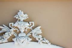 Weiße Details der Architektur auf braunem Hintergrund Stockfotos