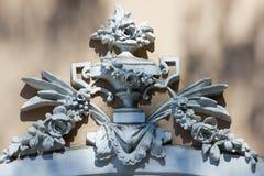 Weiße Details der Architektur auf braunem Hintergrund Stockfoto