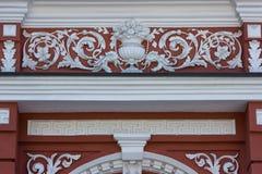 Weiße Details der Architektur auf rotem Hintergrund Stockfoto