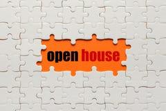 Weiße Details des Puzzlespiels auf orange Hintergrund und Wort offenem Haus stockfoto