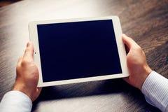 Weiße digitale Tablette auf Tabelle Lizenzfreie Stockfotos