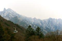 Drahtseilbahn zum hohen Hügel lizenzfreie stockbilder