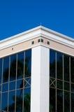 Weiße Ecke des Gebäudes Lizenzfreie Stockfotos