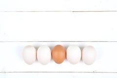 Weiße Eier auf einem hölzernen Hintergrund Stockfoto
