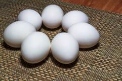 Weiße Eier auf einer Tabelle stockfotografie