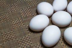 Weiße Eier auf einer Tabelle lizenzfreie stockbilder