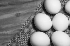 Weiße Eier auf einer Tabelle stockfotos