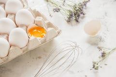 Weiße Eier in einem Kasten auf einem hellen Hintergrund Lizenzfreie Stockbilder