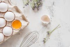 Weiße Eier in einem Kasten auf einem hellen Hintergrund Lizenzfreie Stockfotos