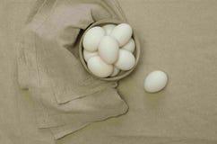 Weiße Eier in einer Schüssel lizenzfreies stockfoto
