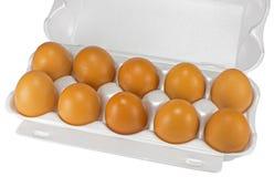 Weiße Eier im Kasten auf Weiß Stockfoto