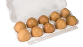 Weiße Eier im Kasten auf Weiß Stockfotos