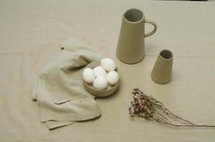 Weiße Eier und Gläser Stockfotos