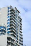 Weiße Eigentumswohnungen mit blauen Terrassen Stockbild