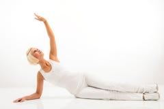 Weiße Eignungfrauen-Ausdehnungskarosserie bei Pilates stockbild