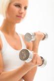Weiße Eignungnahaufnahme der Frauenübung Dumbbells stockbild