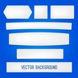 Weiße einfache Fahnen mit verschiedenen Schatten auf blauem abstraktem Hintergrund Lizenzfreies Stockfoto