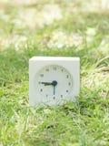 Weiße einfache Uhr auf Rasenyard, 8:45 acht fünfundvierzig Lizenzfreie Stockbilder