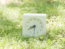 Weiße einfache Uhr auf Rasenyard, 8:40 acht vierzig Stockfotos