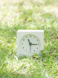 Weiße einfache Uhr auf Rasenyard, 11:15 elf fünfzehn Lizenzfreie Stockfotografie