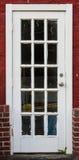 Weiße Eingangstür im Ziegelstein Lizenzfreies Stockbild