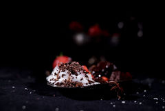 Weiße Eiscreme mit Schokolade und Erdbeere Stockfotos