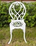 Weiße Eisenstühle im Garten. Lizenzfreie Stockbilder