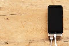 Weiße Energiebank mit Smartphone Stockbild