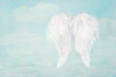 Weiße Engelsflügel auf Hintergrund des blauen Himmels Stockfotos