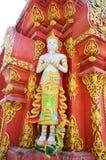 Weiße Engelsskulptur auf der Fassade von Wat Ming Mueang bei Chiang Rai, Thailand Lizenzfreie Stockfotos