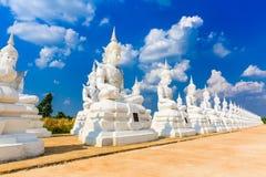 Weiße Engelsskulptur oder Buddha-Statue lizenzfreies stockfoto
