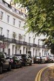 Weiße englische Häuser Stockbild