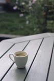 Weiße Espresso-Schale auf Tabelle Stockbild