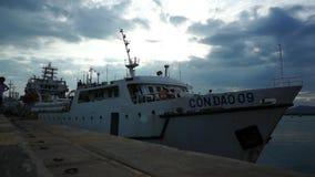 Weiße Fähre von Vung Tau, zum von Dao-Insel hereinzulegen, welche die Ankernposition am Pier im Hafen für Abfahrt lässt stock video