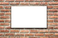 Weiße Fahne auf Backsteinmauer Lizenzfreie Stockbilder