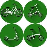 Weiße Fahrräder, Ein-Fahrrad und Roller auf einem grünen Hintergrund mit langem Schatten Stockfotos