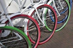 Weiße Fahrräder mit bunten Reifen lizenzfreie stockfotos