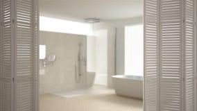 Weiße Falttüröffnung auf modernem unbedeutendem Badezimmer, weiße Innenarchitektur, Architektendesignerkonzept, Unschärfehintergr stockfoto